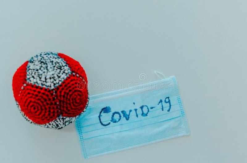 model Coronavirus, maska ochronna medyczna, rękawice, antyseptyczne na białym tle Podróże SARS-cov-2 covid-19 Płaska warstwa Kopi obrazy royalty free
