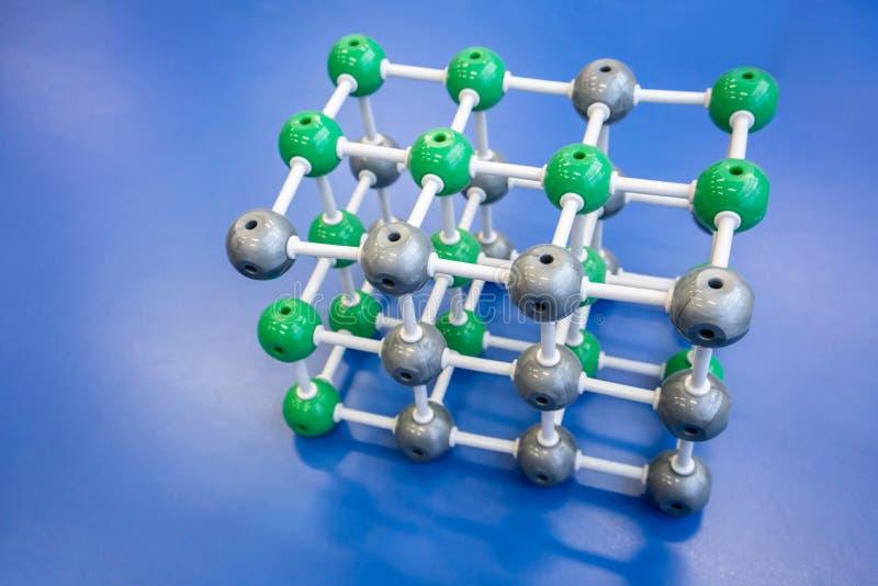 Model cząsteczkowa struktura na błękitnym tle zdjęcia royalty free