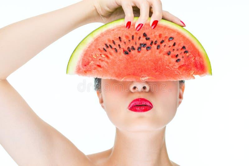 Model de holdingswatermeloen van de maniervrouw met rode lippen, Spijker Polis stock afbeelding