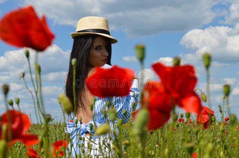 Model in de rode papaverbloemen royalty-vrije stock afbeelding