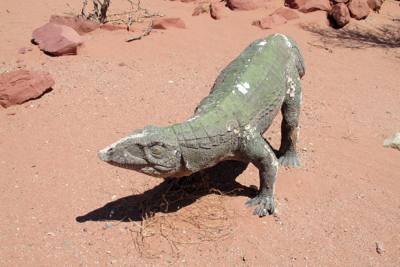 Model dinosaur w piasku zdjęcie royalty free