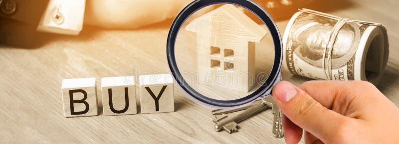 model dom, klucze, dolary i wpisowy `, kupujemy ` na drewnianych blokach zakup mieszkanie, własność niedrogi housi fotografia stock