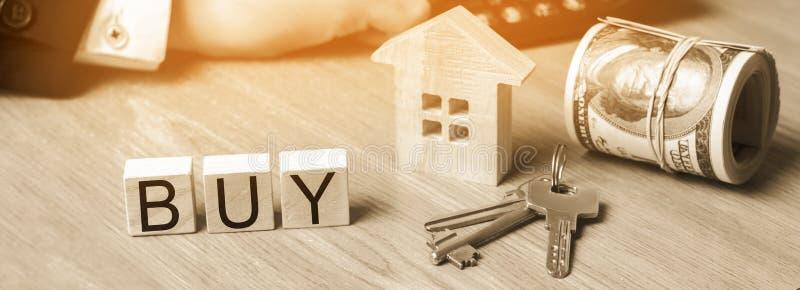 Model dom, klucze, dolary modela dom, klucze, dolary i «zakup «wpisowy na drewnianych blokach zakup apa obrazy royalty free