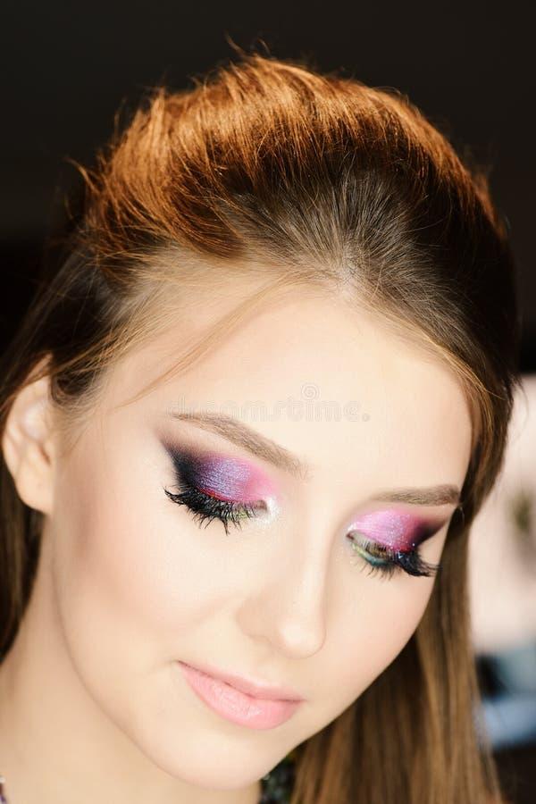 Model dragende roze en purpere schaduwen, selectieve nadruk stock fotografie