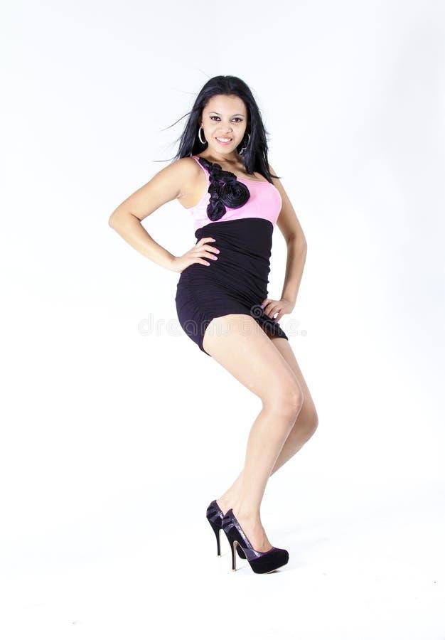 Model dragende roze en zwarte dreess stock afbeelding