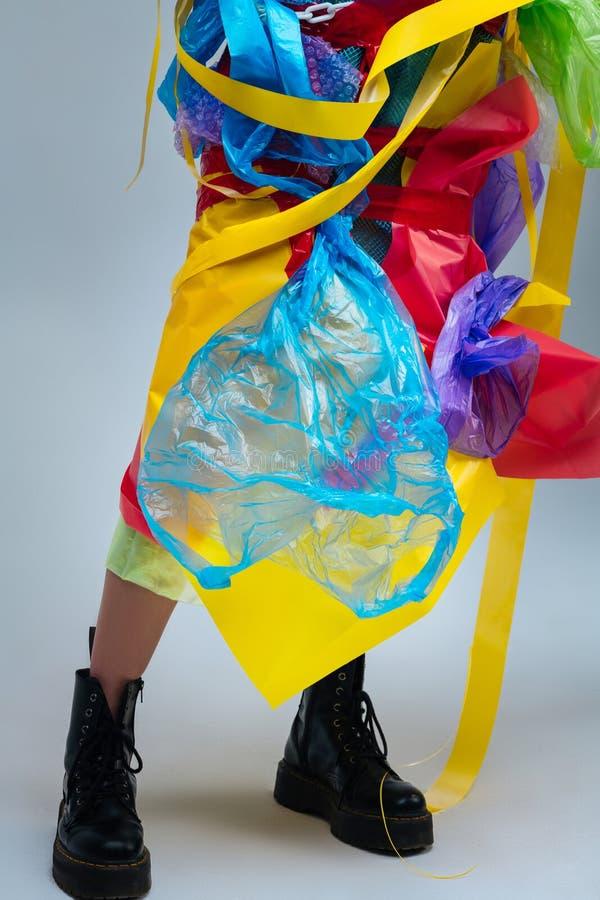 Model dragende zwarte leerlaarzen die plastiek op lichaam dragen royalty-vrije stock foto