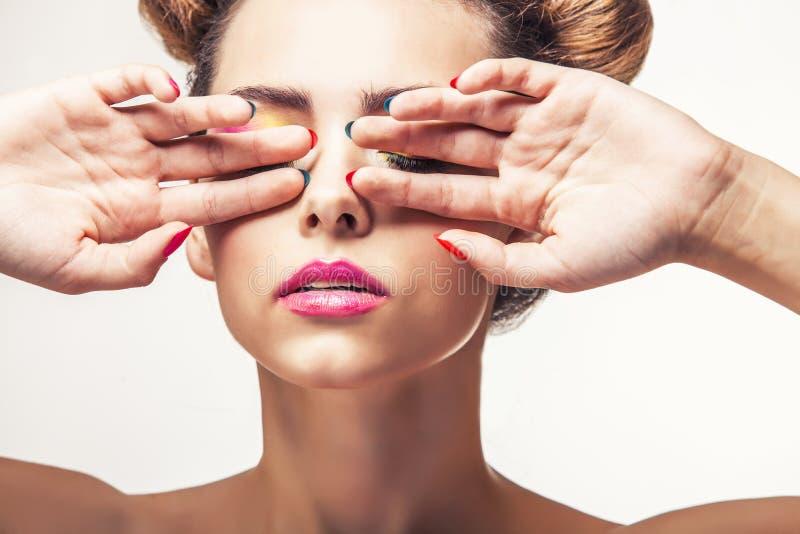 Model, een vrouw met heldere make-up en helder nagellak op een wh royalty-vrije stock afbeeldingen