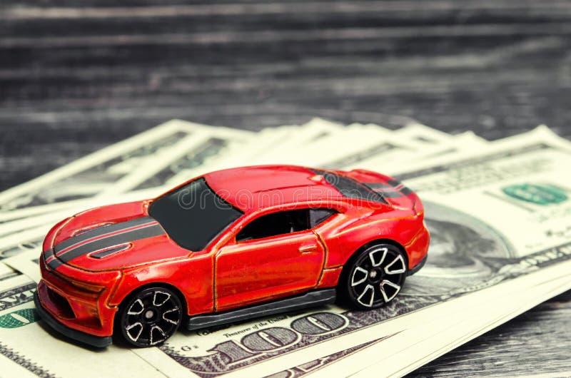 Model en auto met Amerikaanse dollars krediet die, die en of autoverzekering kopen verkopen Concept bedrijfssucces stock afbeeldingen