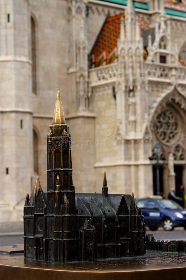 Model en echte kerk stock fotografie
