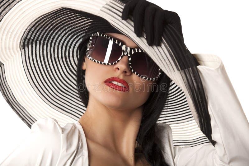 Model in gestreepte hoed en sunglasse stock foto