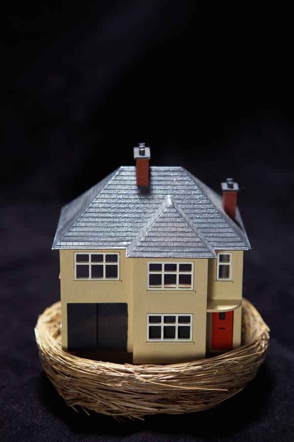 Model huis in een nest royalty-vrije stock afbeeldingen