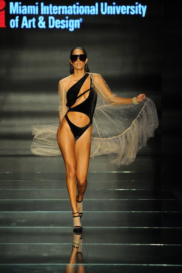 Model jest ubranym mody projektów uczniami Miami Międzynarodowy uniwersytet sztuka i projekt zdjęcia stock