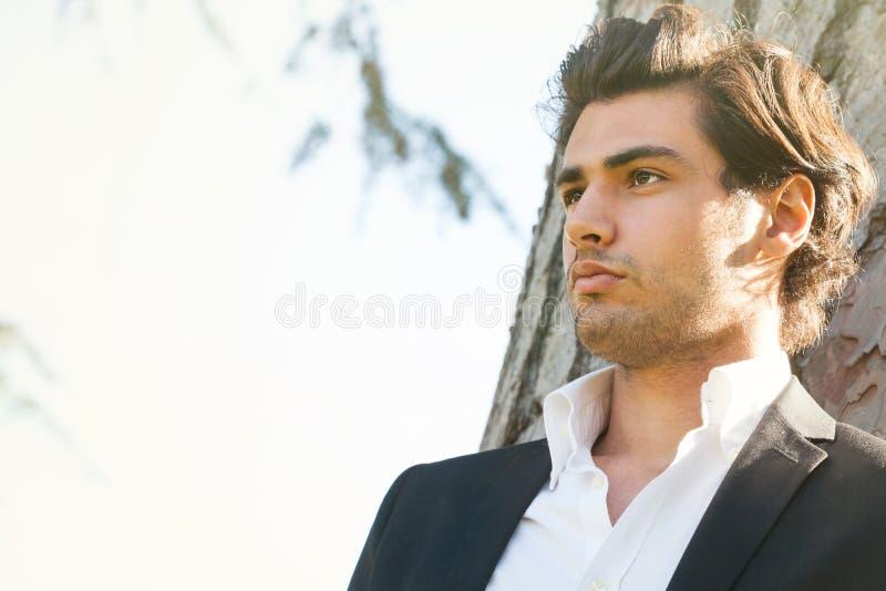 Model knappe Italiaanse elegante mens Intens openluchtlicht royalty-vrije stock foto's