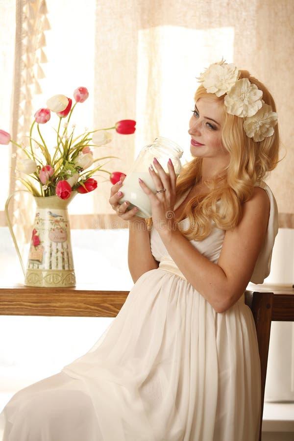 Model, kobieta, blondynka, ciężarna w wnętrzu zdjęcia royalty free