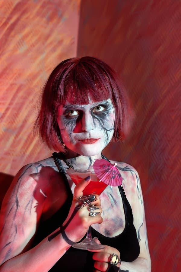 Model met de gotische dranken van de make-up bloedige cocktail royalty-vrije stock foto's