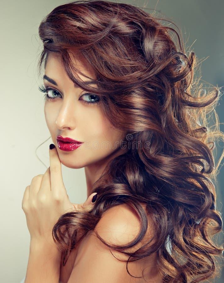Model met dicht, krullend haar stock fotografie