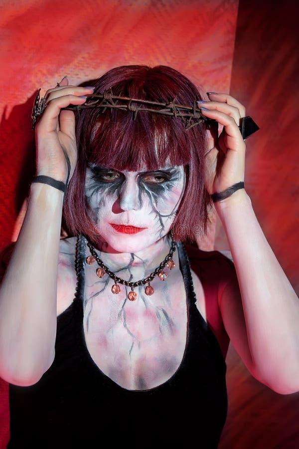Model met gotische make-up en kroon van doornen royalty-vrije stock foto