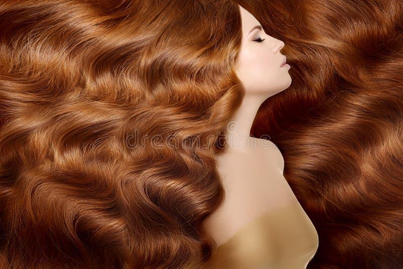 Model met lang rood haar Het Kapsel van golvenkrullen Schoonheidsvrouw met Lang Gezond en Glanzend Vlot Zwart Haar Upd royalty-vrije stock afbeeldingen