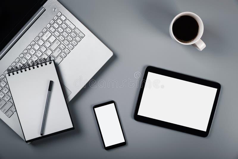 Model met laptop telefoon en digitale tablet op grijze achtergrond royalty-vrije stock foto's