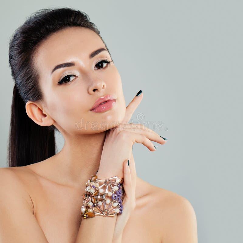 Model met Make-up en Donker Haar royalty-vrije stock foto's