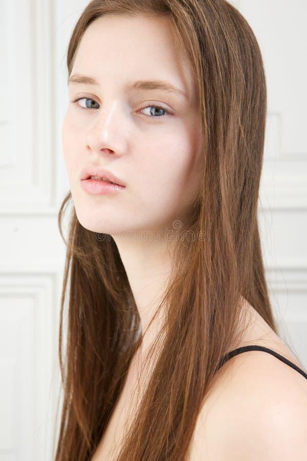 Model met ontspannen uitdrukking op gezicht stock afbeeldingen