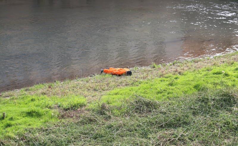 model met sinaasappel jumpsuit tijdens een opleidingsoefening van burgerlijk stock afbeelding