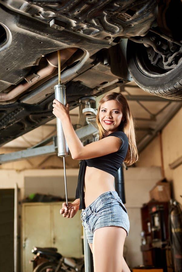 Model nalewa olej w dno podnoszący samochód zdjęcie royalty free