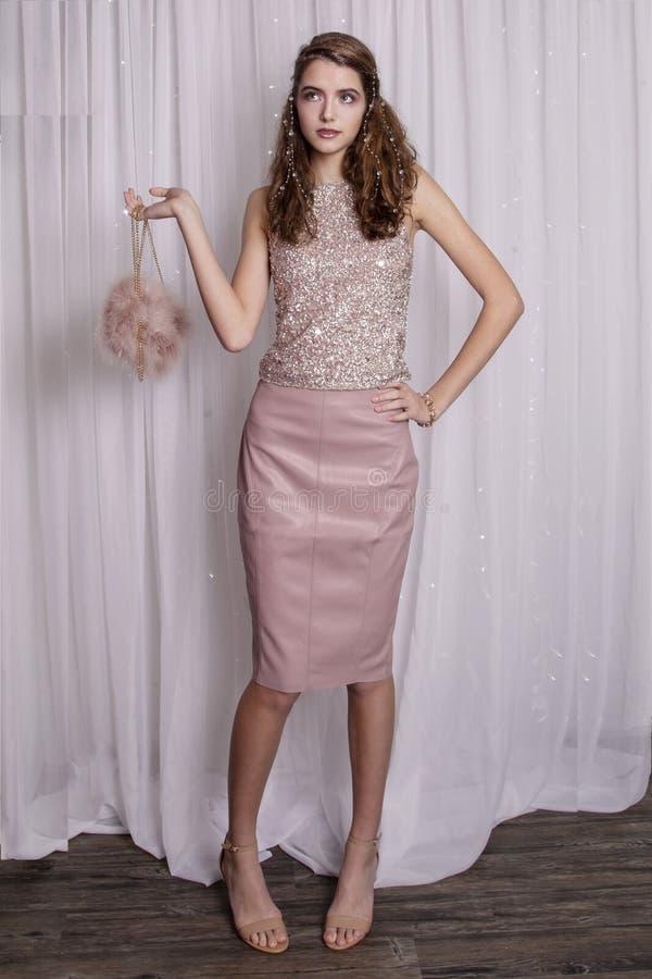 Model nastolatek ubrany w różowy i błyszczący zdjęcia royalty free