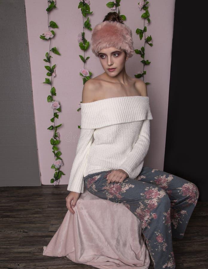 Model nastolatek w różowym futrze zdjęcia stock