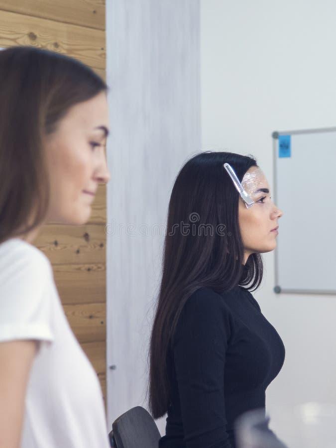 Model obrażał fryzjerem Arogancki klient w piękno salonie fotografia royalty free