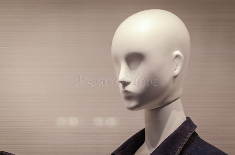 Model op het winkelvenster voor het winkelen royalty-vrije stock afbeeldingen