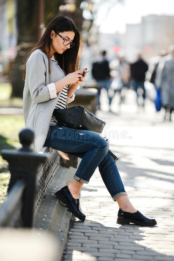 Model po środku miasta z telefonem zdjęcie stock