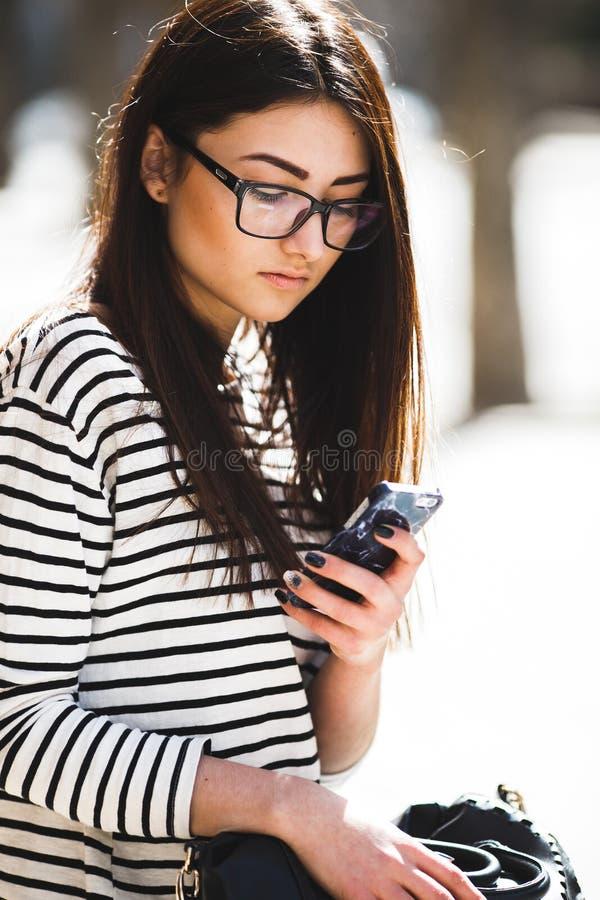Model po środku miasta z telefonem zdjęcie royalty free