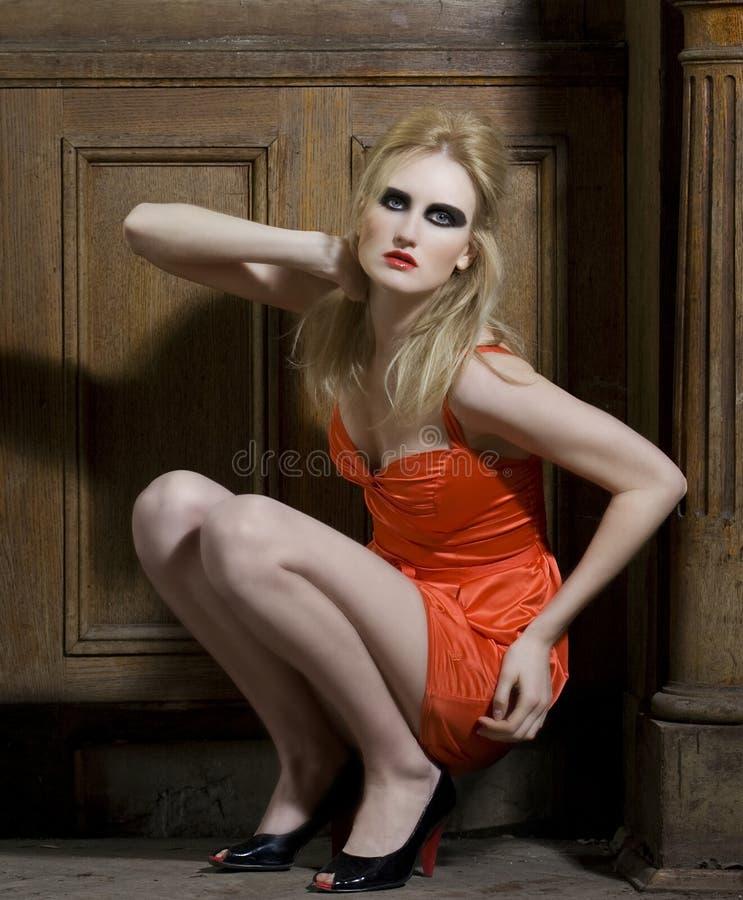 model posera för mode inomhus royaltyfri foto