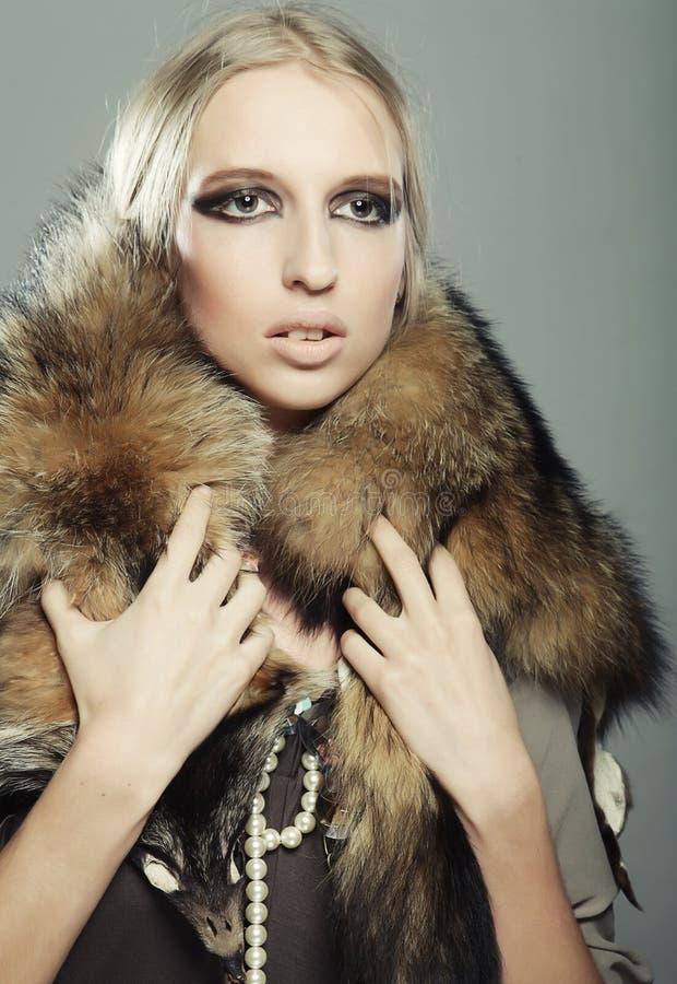 model posera studio Sexigt blont royaltyfri foto