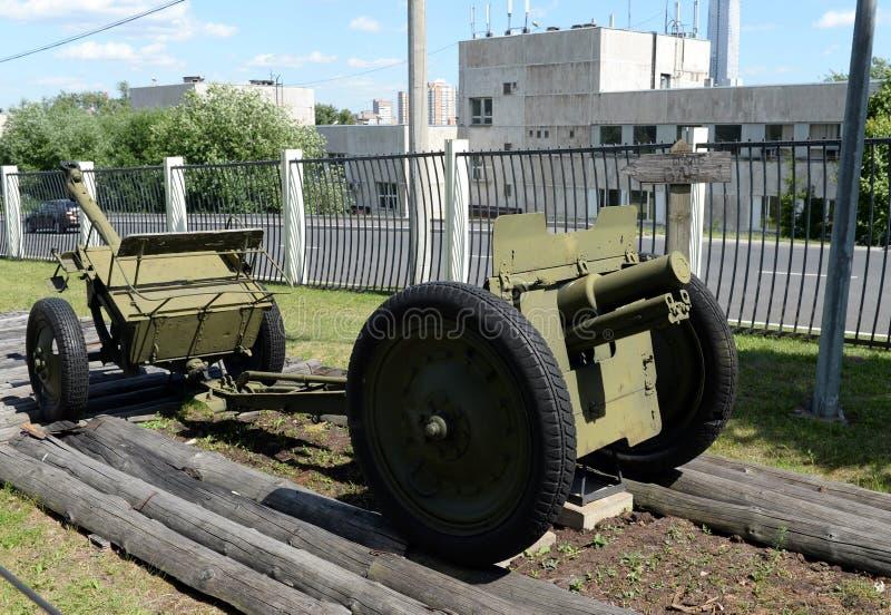 model régimentaire 1927 du canon 76-millimètre sur la colline de Poklonnaya à Moscou photographie stock libre de droits