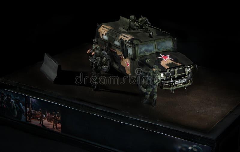 Model Rosyjski Tygrysi pojazd bojowy z trzy żołnierzami w pobliżu, Czarny tło zdjęcia royalty free