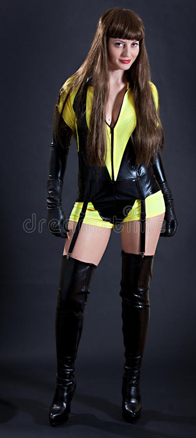 Model in sexy gele en zwarte outfi stock afbeelding
