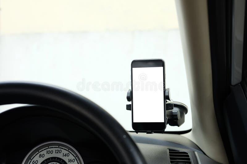 Model Smartphone in een autogebruik voor Navigate of GPS Smartphone i stock afbeelding