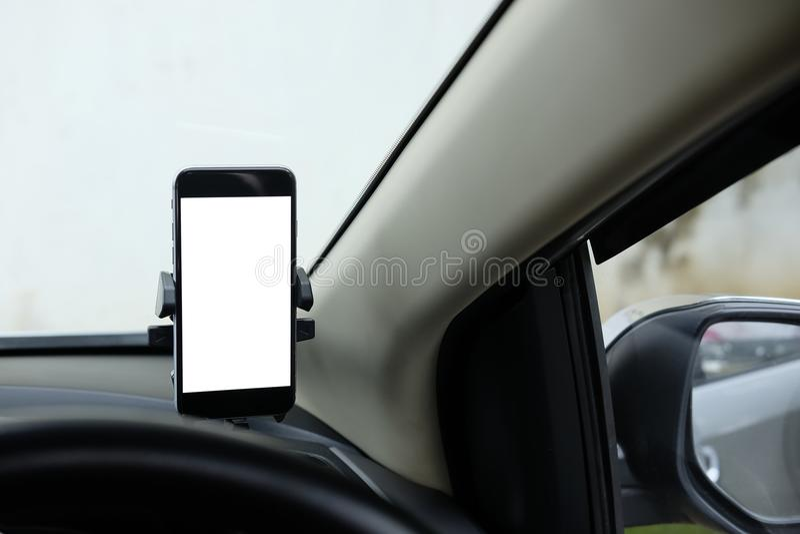 Model Smartphone in een autogebruik voor Navigate of GPS Smartphone i stock foto