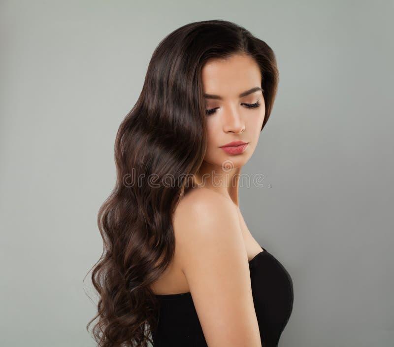 model ståendebarn för brunett Perfekt kvinna med den långa krabba frisyren royaltyfria foton
