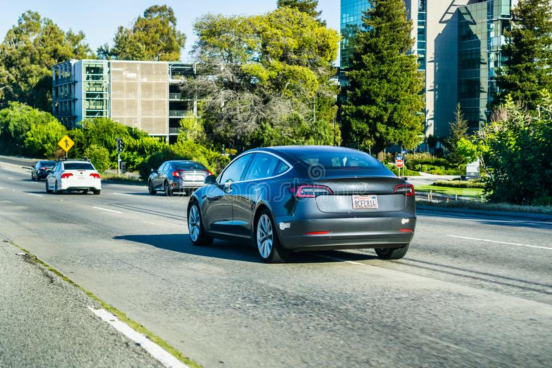Model 3 Tesla conduisant sur l'autoroute dans Silicon Valley photos stock