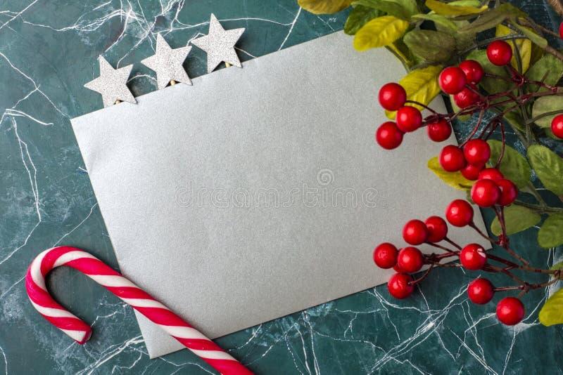 Model van de brief of de envelop op een blauwe achtergrond Concept gelukwensen op verschillende gebeurtenissen Plaats voor uw tek royalty-vrije stock afbeelding