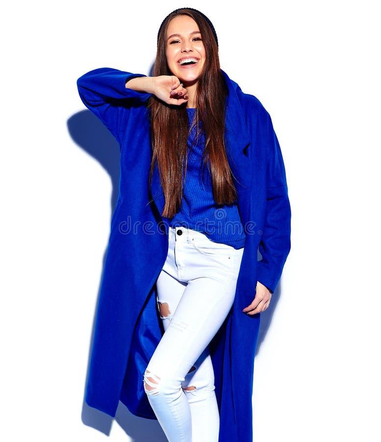 Model van de Hipster het donkerbruine vrouw in modieuze blauwe die overjas op wit wordt geïsoleerd stock foto's