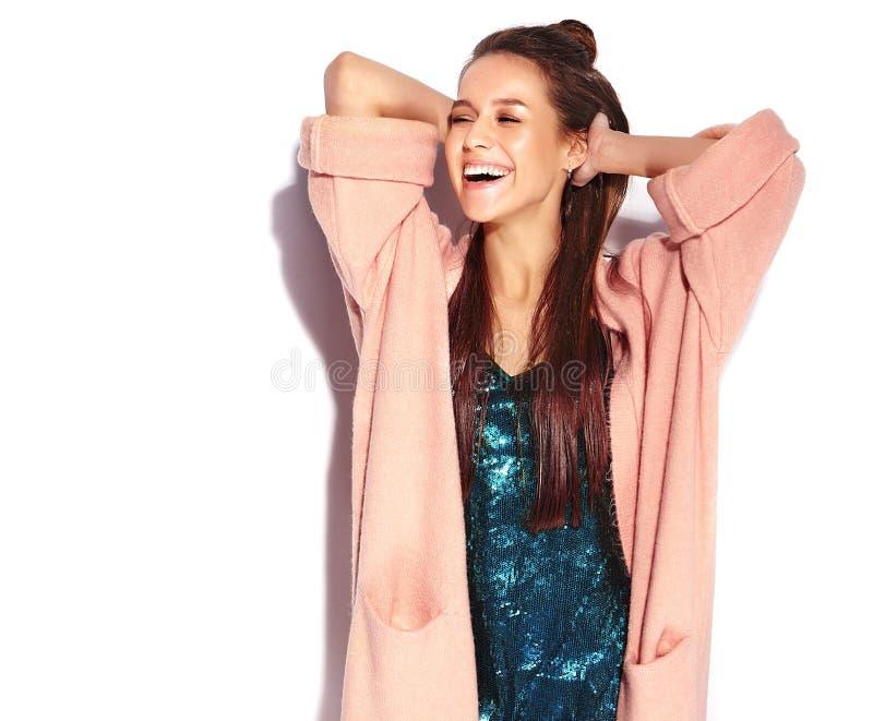 Model van de Hipster het donkerbruine vrouw in modieuze roze overjas en blauwe avondjurk royalty-vrije stock foto