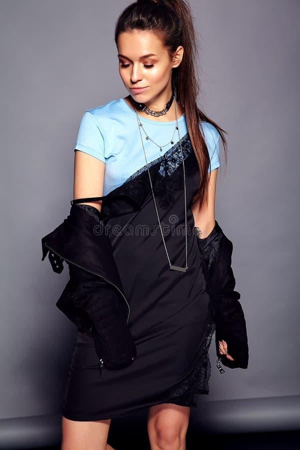 Model van de Hipster het donkerbruine vrouw in de zomer modieuze kleren stock fotografie