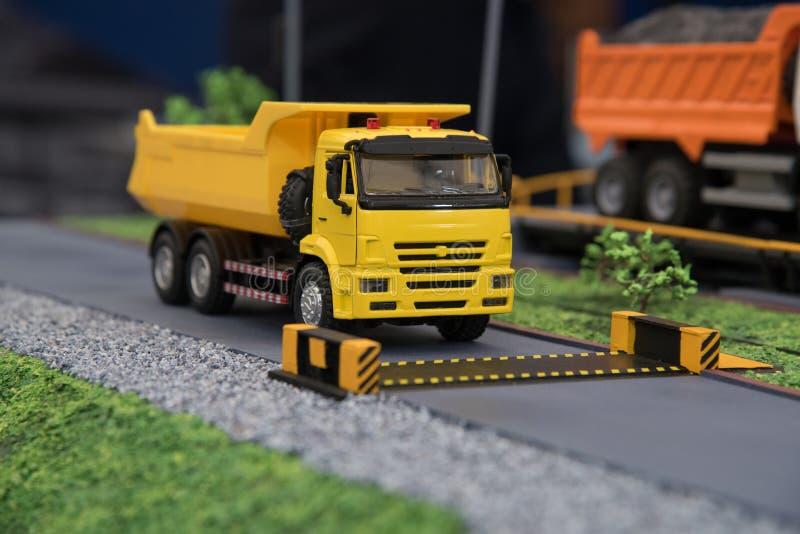 Model van een grote vrachtwagen voor vervoer van steenkolen in Rusland bij royalty-vrije stock foto's