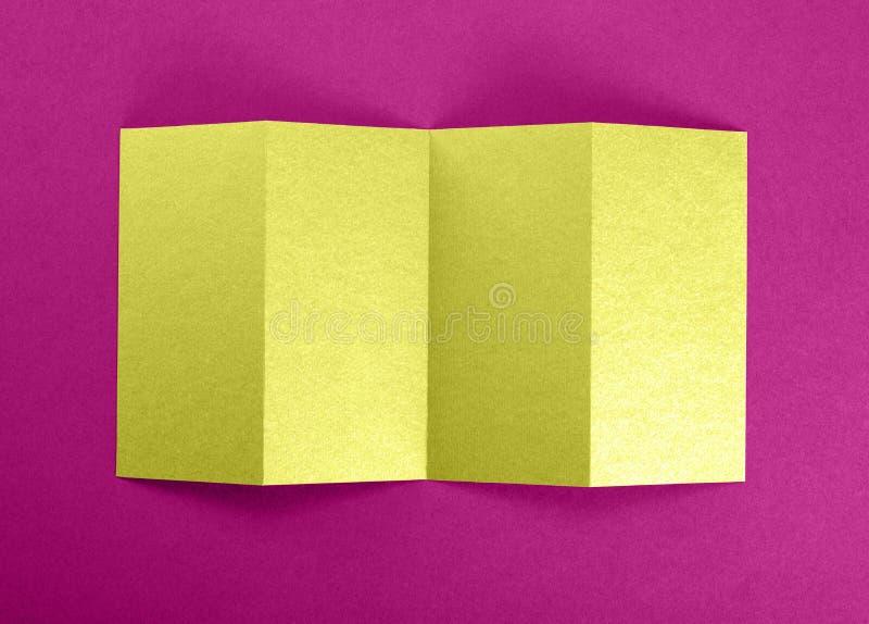 Model van geopende vier vouwenbrochure bij roze achtergrond royalty-vrije stock afbeelding
