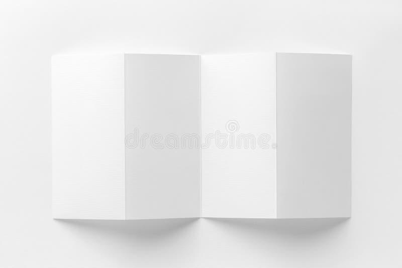 Model van geopende vier vouwenbrochure bij witte achtergrond stock illustratie