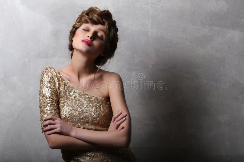 Model van het portret het mooie meisje in gouden kleding met coppy ruimte royalty-vrije stock fotografie